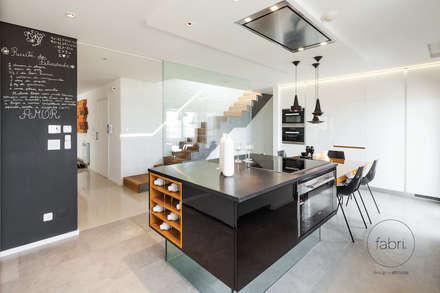 Estilo e substância: Cozinhas modernas por FABRI