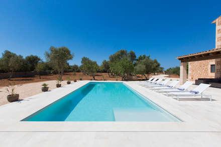 Villa CP Campos: Piscinas de estilo rústico de ISLABAU constructora