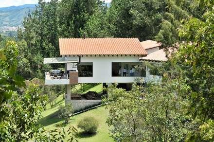 Casa Restrepo Botero: Casas de estilo clásico por WVARQUITECTOS