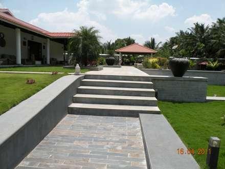 Sumeru Farmhouse: tropical Garden by ICON design studio