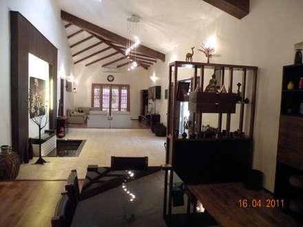 Sumeru Farmhouse: tropical Dining room by ICON design studio