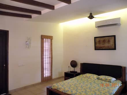 Sumeru Farmhouse: tropical Bedroom by ICON design studio