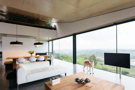 Casa Varatojo : Salas de estar modernas por Atelier Data Lda
