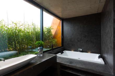 Casa Varatojo : Casas de banho modernas por Atelier Data Lda