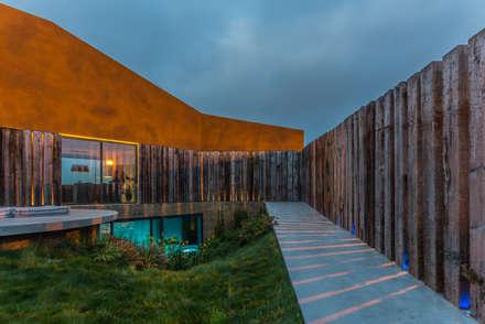 Casa Varatojo : Jardins modernos por Atelier Data Lda