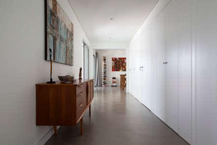 Casa Sol: Corredores, halls e escadas modernos por Atelier Data Lda