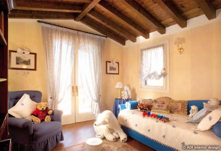 Casa da rivista : Stanza dei bambini in stile in stile Classico di ADI ARREDAMENTI