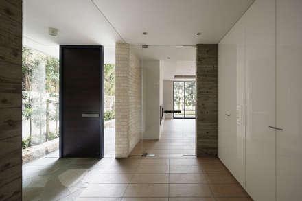 神宮前の家: 株式会社  小林恒建築研究所が手掛けた玄関/廊下/階段です。