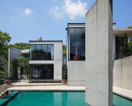 奥池のアトリエ: 株式会社  小林恒建築研究所が手掛けたプールです。