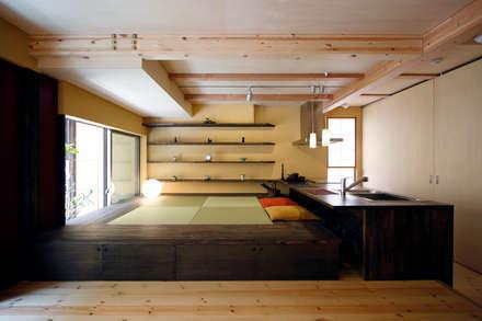 小上がりの畳スペースを持つLDK: 根來宏典建築研究所が手掛けたリビングです。