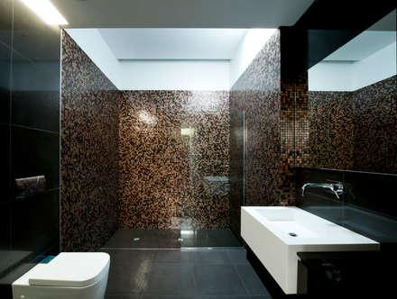 Casa Covelo : Casas de banho minimalistas por mioconcept