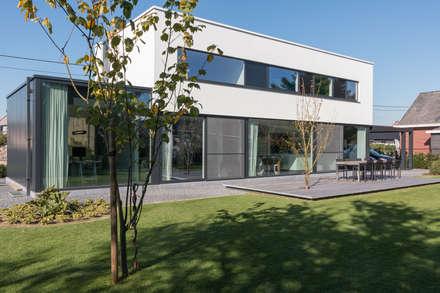 House WR: minimalistic Houses by Niko Wauters architecten bvba