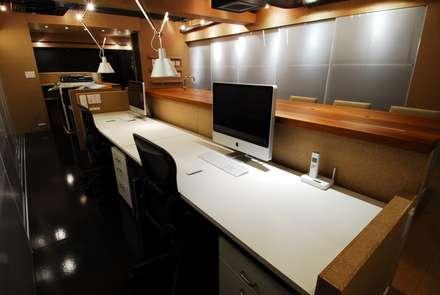 ミズタニ デザイン スタジオ+水谷邸: ミズタニ デザイン スタジオが手掛けた書斎です。
