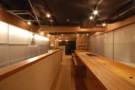 オフィス+キッチン: ミズタニ デザイン スタジオが手掛けた書斎です。