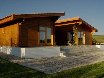 Moradia no Cadaval: Habitações  por MIGUEL VISEU COELHO ARQUITECTOS ASSOCIADOS LDA