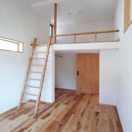 自然素材を生かした家: ユミラ建築設計室が手掛けた寝室です。