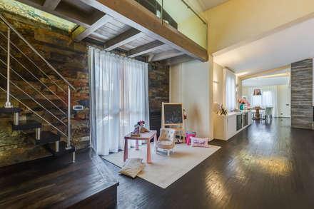 OPEN SPACE IN VILLA: Stanza dei bambini in stile in stile Classico di Erina Home Staging