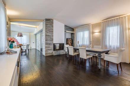 OPEN SPACE IN VILLA: Sala da pranzo in stile in stile Classico di Erina Home Staging