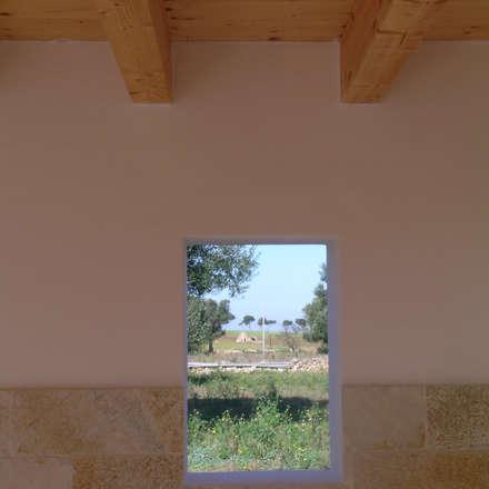 Finestra verso il trullo.: Finestre in stile  di A+A  Apulia+architecture