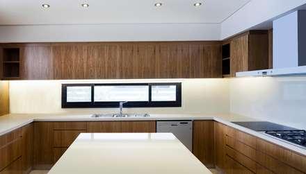 CASA JN: Cocinas de estilo moderno por Speziale Linares arquitectos