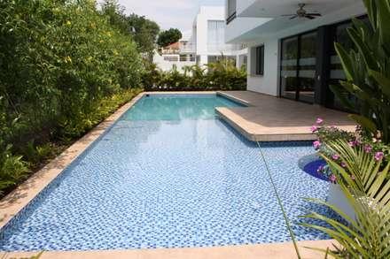 สระว่ายน้ำ by Camilo Pulido Arquitectos