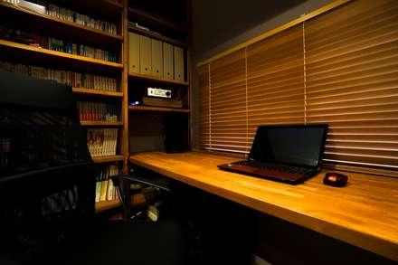 音楽好きな家族の防音室がある圧倒的な開放感の住まい: QUALIAが手掛けた書斎です。