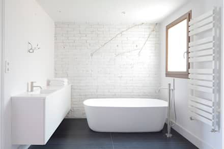 HOUSE FOR A FINANCIER: Baños de estilo ecléctico de Alex Gasca, architects.