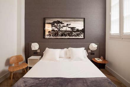 HOUSE IN THE CORNER: Dormitorios de estilo minimalista de Alex Gasca, architects.