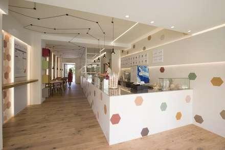 Hexágonos coloridos e doces: Centros comerciais  por MOSAIC DEL SUR