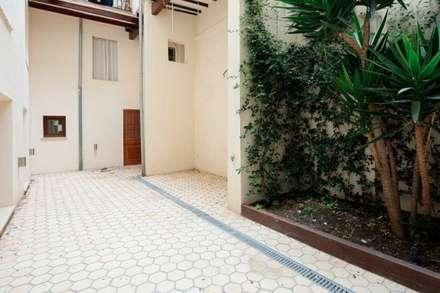 Patio: Jardines de invierno de estilo moderno de Pabloude Arquitecto