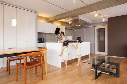 「ビンテージ+ぬくもり」生まれ変わった広く光あふれる空間: 株式会社インテックスが手掛けたキッチンです。