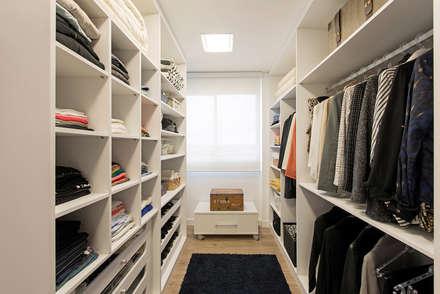Walk in closet de estilo  por TRÍADE ARQUITETURA