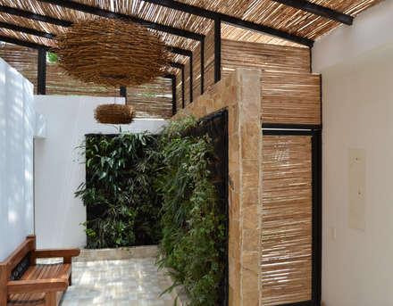 CASA DEL BOSQUE: Pasillos y vestíbulos de estilo  por santiago dussan architecture & Interior design