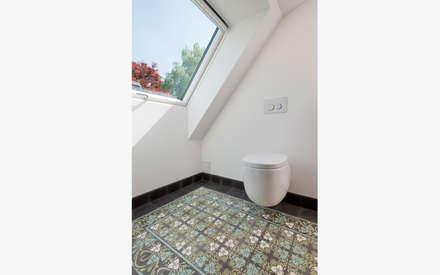 WC Dachgeschoss: moderne Badezimmer von sophisticated architecture