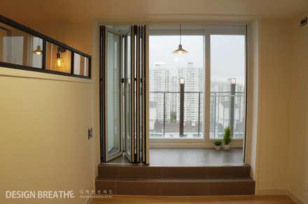 32평 초원대림아파트 리모델링 : 디자인브리드의  발코니, 베란다 & 테라스