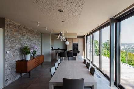 Transformation de la villa E: Salle à manger de style de style Moderne par BURO5 - architectes & associés