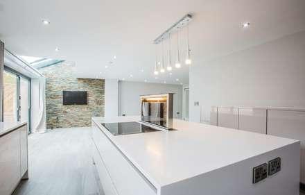 House 2: modern Kitchen by Whitshaw Builders LTD
