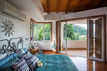 Dormitorios de estilo  por Maria Claudia Faro
