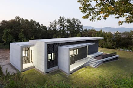 Gutters and Downspouts : House in Gyopyeong-Ri: studio origin의  주택