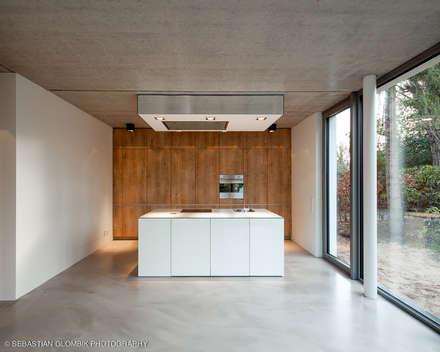 Bauhaus bei Blankenese : moderne Küche von HGK Hamburger Grundstückskontor