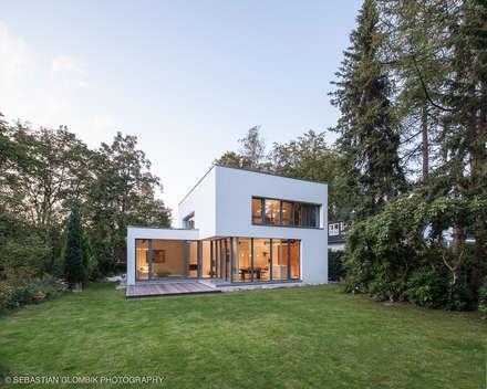 Bauhaus bei Blankenese : moderne Garage & Schuppen von HGK Hamburger Grundstückskontor
