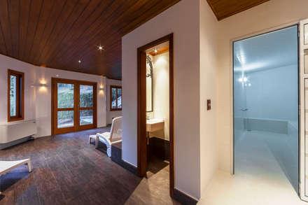 Gimnasios en casa de estilo rústico por VNK Arquitetura e Interiores