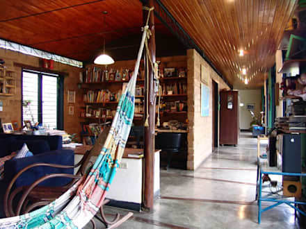 Vista del estudio y corredor que lleva a las habitaciones: Salas / recibidores de estilo  por YUSO