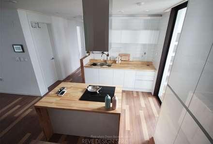 동탄아파트인테리어 능동 푸른마을두산위브 33평 인테리어: 레브디자인스페이스의  주방