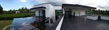 Casa La Pradera: Terrazas de estilo  por Andres Hincapie Arquitectos