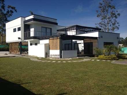 Casa La Pradera: Casas de estilo moderno por Andres Hincapie Arquitectos