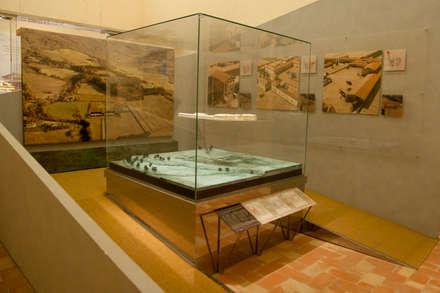 Modello della Villa di Plinio: Musei in stile  di Architetti Laura Romagnoli e Guido Batocchioni Associati