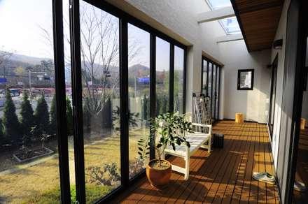 Patio House : 구도건축사사무소의  발코니, 베란다 & 테라스
