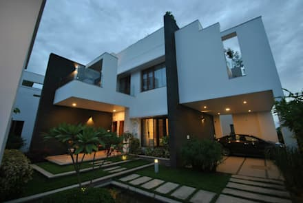 Mr & Mrs Pannerselvam's Residence:  Terrace by  Murali architects
