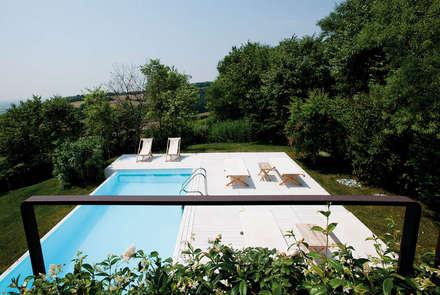 Casa in collina: Piscina in stile in stile Moderno di Benedini & Partners
